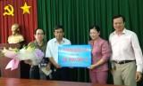 Gia đình ông Nguyễn Văn Đô: Tặng 100 triệu đồng cho Quỹ Vì người nghèo tỉnh