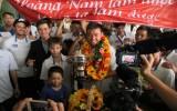 Hoàng Nam được chào đón nồng nhiệt khi trở về Việt Nam