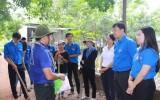 Bí thư Trung ương đoàn thăm và tặng quà các chiến sỹ tình nguyện tại Bình Dương
