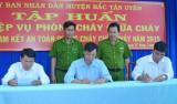 Huyện Bắc Tân Uyên tổ chức ký cam kết và huấn luyện nghiệp vụ chữa cháy cho 800 học viên
