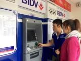 """Công nhân """"oằn mình"""" với phí rút tiền từ ATM"""