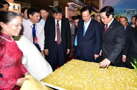 Thủ tướng dự khai mạc triển lãm về thành tựu kinh tế-xã hội 2015