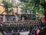 Người dân háo hức khi đoàn diễu binh, diễu hành đi dọc đường
