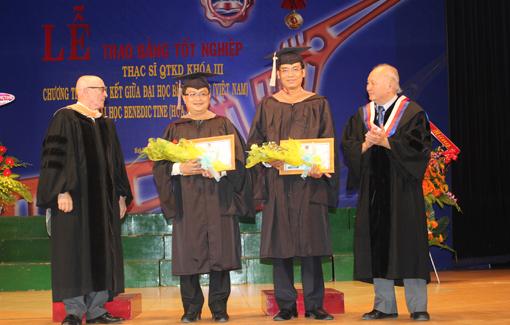 Các học viên khóa 3 có thành tích học tập tốt được nhà trường khen thưởng tại lễ trao bằng tốt nghiệp
