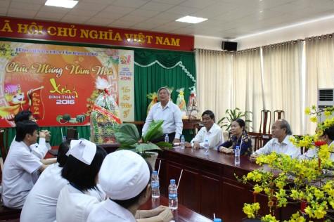 Lãnh đạo tỉnh đi thăm, tặng quà cho bệnh nhân nghèo dịp Tết Bính Thân 2016