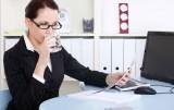 Dân văn phòng dễ mắc bệnh do uống nước lạnh và ngồi điều hòa