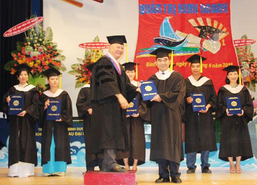 Trường Đại học Bình Dương: Trao bằng cao học cho 78 học viên
