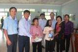 Ban liên lạc Quân dân y chiến khu Đ khám, phát thuốc và tặng quà cho gia đình chính sách, hộ nghèo