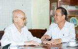 Đồng chí Trần Văn Nam, Ủy viên Trung ương Đảng, Bí thư Tỉnh ủy, Trưởng Đoàn đại biểu Quốc hội tỉnh đến thăm, chúc sức khỏe đồng chí Nguyễn Hậu Tài - cán bộ lão thành cách mạng