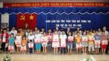 """Tặng quà cho trẻ em Câu lạc bộ """"Trẻ em với phòng chống HIV/AIDS"""" phường Phú Lợi"""