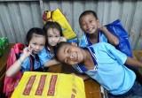 Chăm lo con em công nhân lao động nhân dịp năm học mới