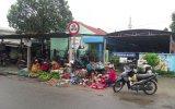 Họp chợ trước cổng trường học