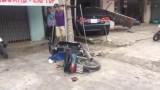 Xe ô tô tông nhiều xe máy trước khi chui vào tiệm may