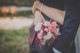 Được người yêu cũ mời dự đám cưới, nên đi hay không?