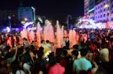Không pháo hoa, Sài Gòn, Hà Nội vẫn chật kín người chờ giao thừa