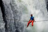 Thót tim cảnh nghệ sĩ đi dây nằm vắt vẻo giữa thác sâu