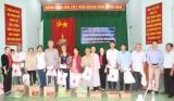 Hội Chữ thập đỏ các cấp: Trao tặng 800 phần quà tết cho người nghèo