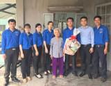Tuổi trẻ phường Bình Nhâm, TX.Thuận An: Thăm và tặng quà cho gia đình chính sách Tết Đinh Dậu 2017