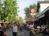 Cận tết, chợ tự phát lại tràn ra đường