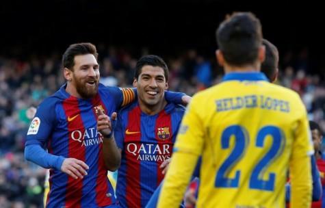 """Messi và Suarez """"nổ súng"""", Barca còn kém Real 2 điểm"""