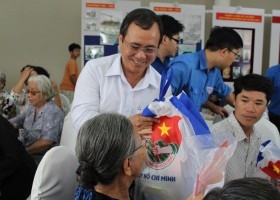 "Leaders of HCM city, Binh Duong pay gift visit to residents in ""Iron Triangle"" revolutionary base"