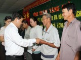 Provincial leaders visit, present Tet gifts to policy beneficiary and poor households