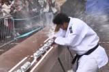 Kỷ lục Guinness thế giới: Liên tiếp đập nổ 77 lon bia bằng cùi chỏ trong 1 phút