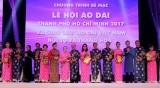 2017年第四届胡志明市传统长衣节吸引7多万人前来观赏