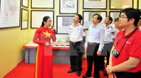 """""""黄沙群岛和长沙群岛归属越南:历史证据和法律依据""""资料图片展在富国岛县开展"""