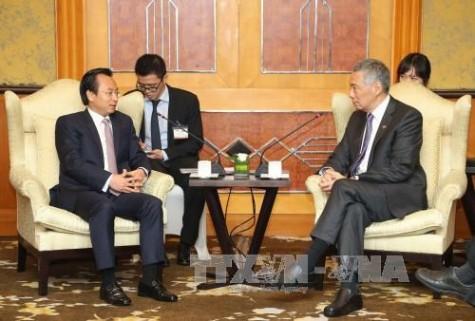 Singaporean PM meets Hanoi, Da Nang officials