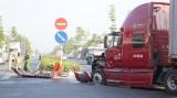 Container va chạm ô tô khách, hơn chục người bị thương