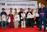 Hoang Quyen restaurant presents gifts to the poor