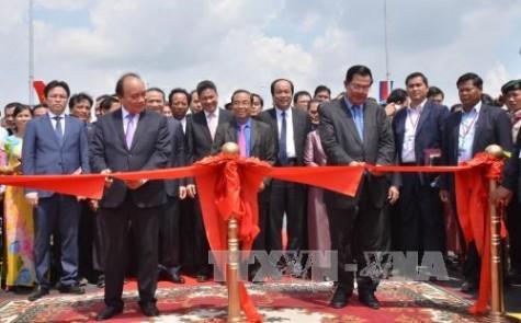 越南与柬埔寨跨境大桥正式竣工通车