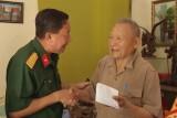 Thăm, tặng quà lãnh đạo Bộ Chỉ huy Quân sự tỉnh đã nghỉ hưu