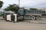 Xe ben tông lật xe tải, tài xế và phụ xe kẹt cứng trong cabin