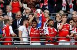 Đá bại 10 người Chelsea, Arsenal đoạt Cúp FA 2016-2017