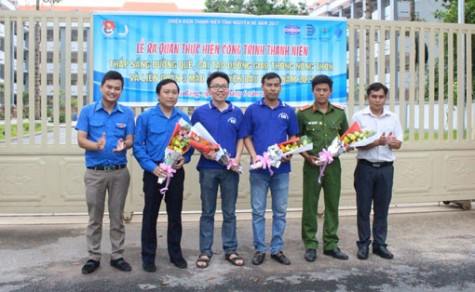 Đoàn cơ sở Tổng Công ty Becamex IDC: Ra quân thực hiện công trình thanh niên thắp sáng đường quê