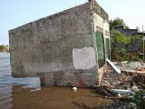 Hàng trăm hécta đất biến mất mỗi năm do sạt lở ven sông, biển ở Cà Mau
