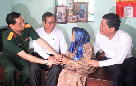 Lãnh đạo tỉnh thăm, tặng quà gia đình chính sách tại phường Phú Hòa