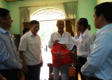 Đoàn lãnh đạo tỉnh thăm, tặng quà gia đình chính sách huyện Phú Giáo