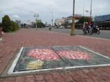 Vẽ tranh trên nắp cống ga để tuyên truyền bảo vệ môi trường