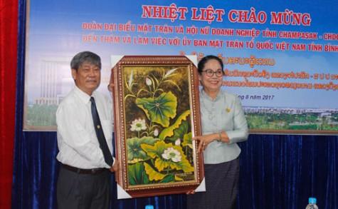 占巴塞省老挝建国阵线和女企业会代表团访问平阳省越南祖国阵线委员会