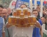Kỷ lục thế giới mới về... số cốc bia cầm được một lúc