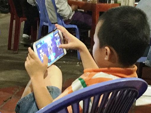 Kết quả hình ảnh cho cho trẻ chơi điện thoại