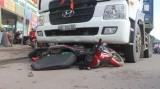 Va chạm giữa xe container và xe máy, một người nguy kịch