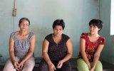 Mẹ già vất vả làm thuê nuôi 2 đứa con tâm thần