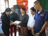 Đoàn cứu trợ tỉnh thăm hỏi và trao tiền ủng hộ người dân Bình Định