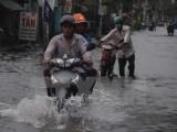 Thành phố Hồ Chí Minh: Triều cường lên cao, đường phố thành ''sông''