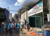 Cháy bãi phế liệu trong khu dân cư