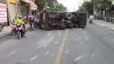 Người dân phá cửa giải cứu tài xế khỏi xe tải bị lật